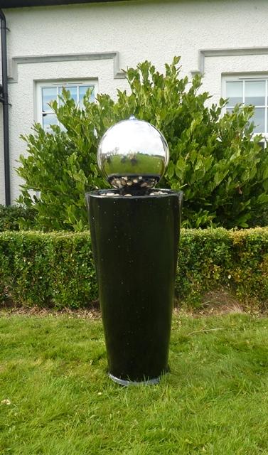 boracay kugel auf schwarzer s ule edelstahlbrunnen mit led beleuchtung 209 99. Black Bedroom Furniture Sets. Home Design Ideas